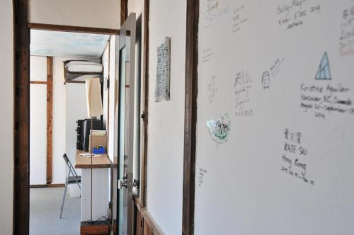 壁に書かれたメッセージ